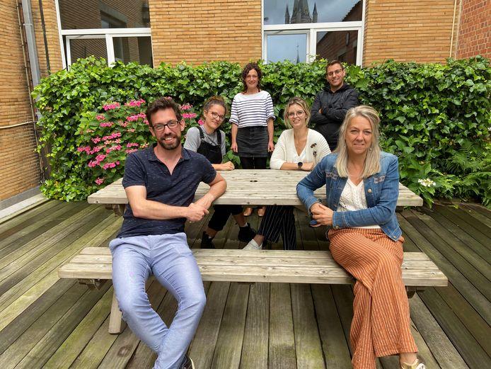 Schepen Brigitte Vanhoutte (rechts vooraan) organiseert met haar ploeg voor het tweede jaar op rij een zomerschool .