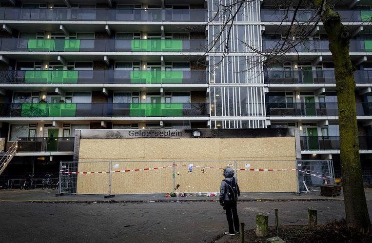 De flat waar een 39-jarige vader en zijn 4-jarige zoon om het leven kwamen. Twee tieners zijn opgepakt na de brand in de flat aan het Gelderseplein, ze worden verdacht van het afsteken van vuurwerk met een dodelijke brand tot gevolg. Beeld ANP