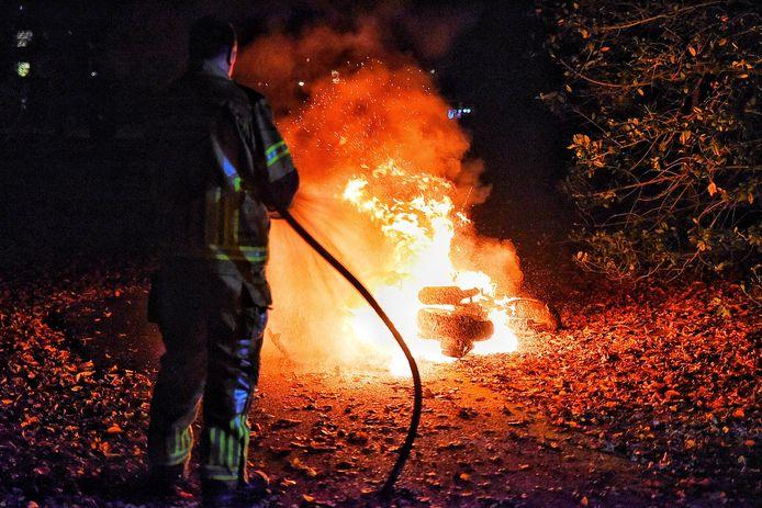 Scooter in brand aan de Professor Cobbenhagenlaan in Tilburg.