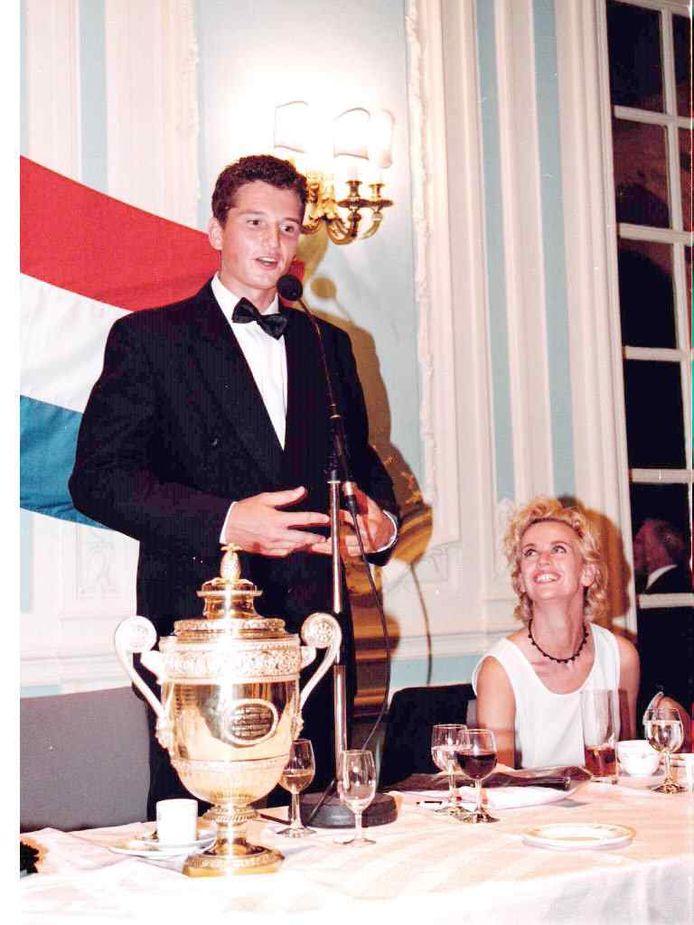 Daphne Deckers kijkt met bewondering naar Richard Krajicek tijdens zijn toespraak op het Championsdinner van Wimbledon.