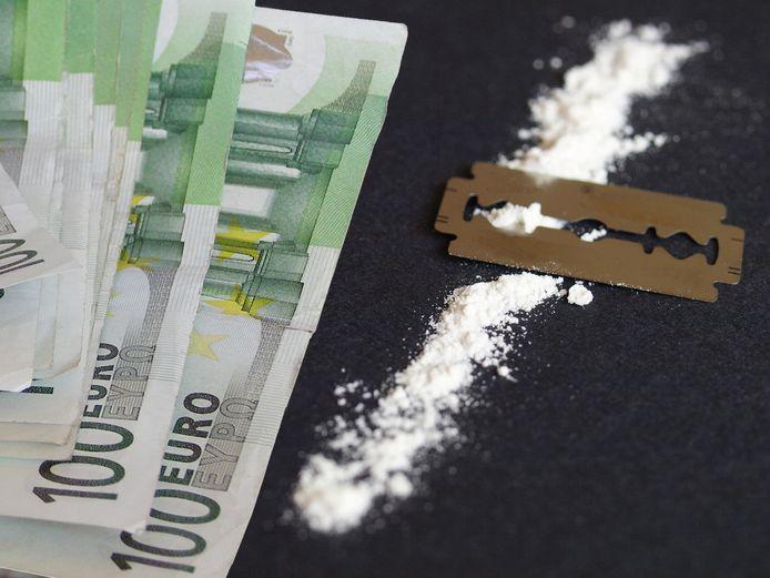 Bij de inval die de politie op 25 januari deed werden onder meer drugs, contant geld, een vuurwapen en patronen van een vuurwapen aangetroffen.