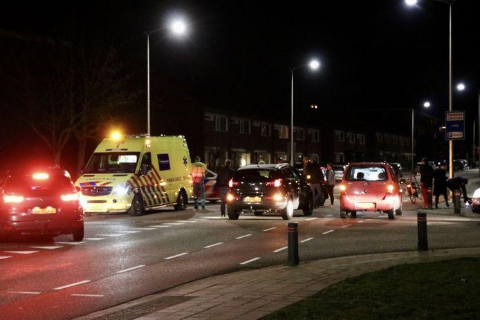 De fietser kwam in botsing met een automobilist en moest per ambulance naar het ziekenhuis worden afgevoerd.