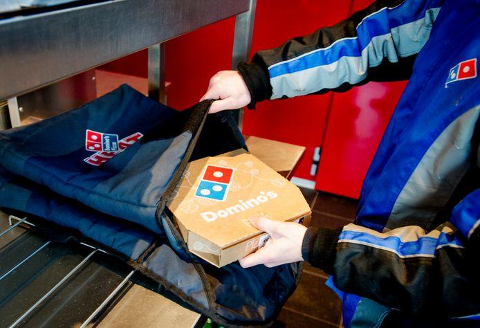 Een pizzabezorger van fastserviceketen Domino's Pizza