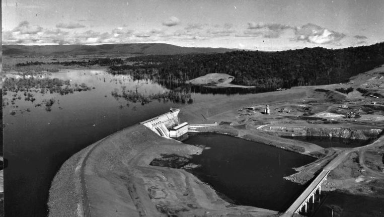 Aanleg van een stuwdam en waterkrachtcentrale in de Surinamerivier in 1965. Beeld ANP