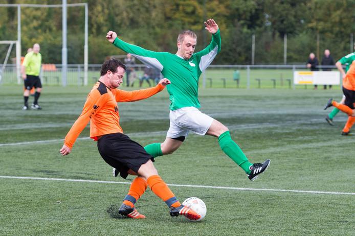 Beeld uit de wedstrijd van SCP (witte broeken) tegen Ewijk vorig seizoen.