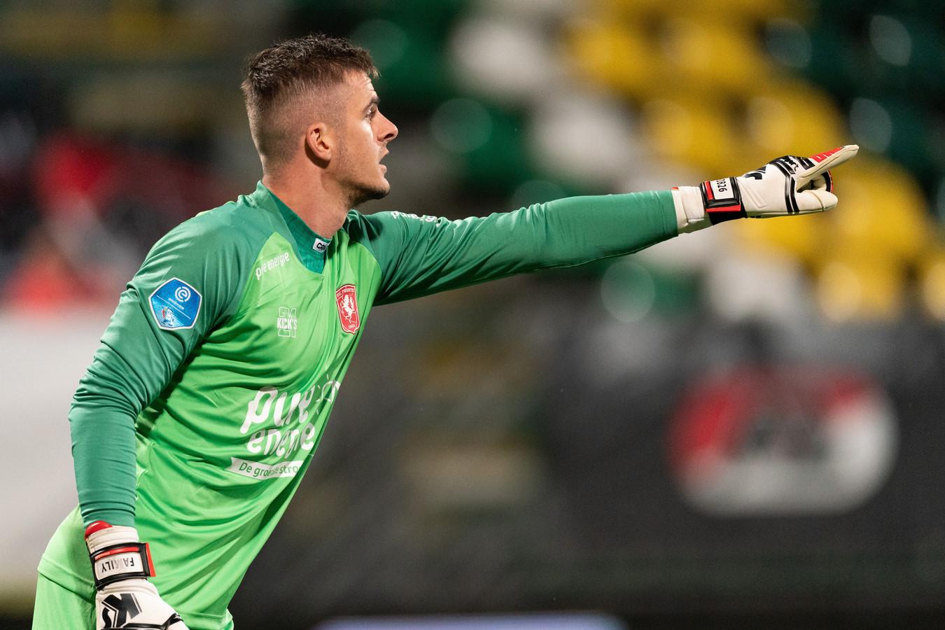 Jorn Brondeel namens FC Twente in actie tegen AZ.