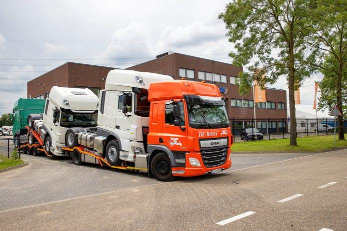 Alsnog klaar voor aflevering. Een aantal DAF-vrachtwagens - inclusief versnellingsbak met chips - verlaat het terrein van transportbedrijf De Rooy in Son.