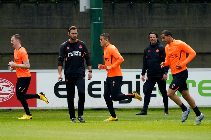 PSV trainde vandaag voor het eerst sinds de coronacrisis weer in kleine groepjes.