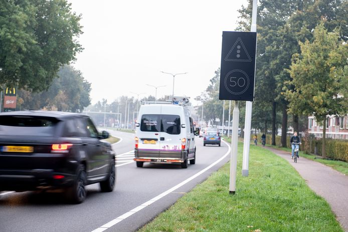 Het nieuwe waarschuwingsbord staat op ongeveer 250 meter van het kruispunt Van Rechteren Limpurgsingel - Berkelstraat.