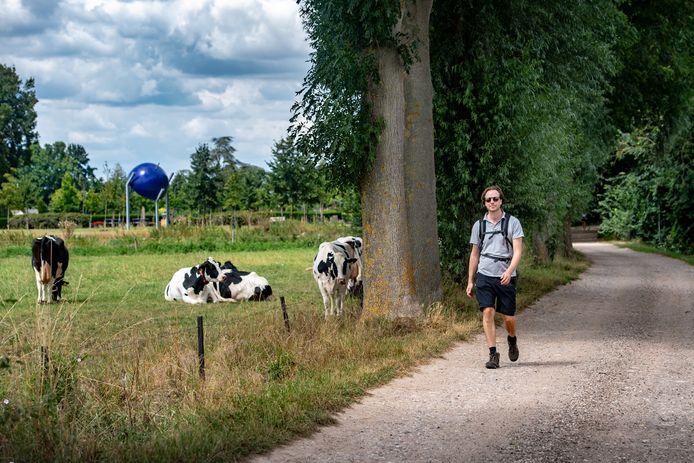 Wandelaar op het Pieterpad bij Millingen.