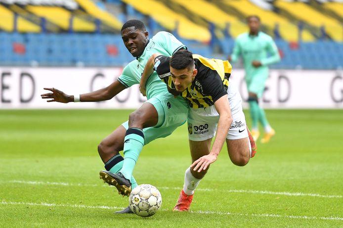 De uitglijder van Vitesse treffend in beeld. Armando Broja struikelt in duel met Leeroy Owusu.