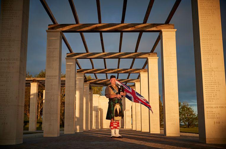 De Britse doedelzakspeler Steve Black markeert bij de British Normandy Memorial in Ver-sur-Mer het 77ste jubileum van D-Day. De geallieerde landingen in Normandië op 6 juni 1944 markeren het begin van de bevrijding van West-Europa tijdens de Tweede Wereldoorlog.  Beeld Getty Images for Normandy Memori
