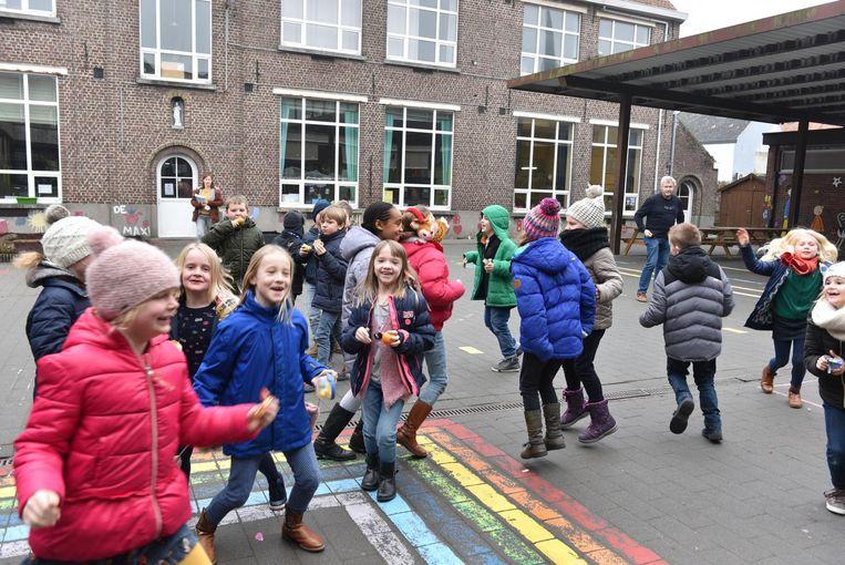 Kinderen leven zich uit op de speelplaats van Vrije Basisschool 'De Regenboog'. Als de speeltijd voorbij is, horen ze geen bel meer, maar een liedje.