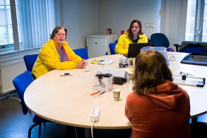 Oud-wethouder Hanny Visser (links) en gemeenteraadslid Maria Stam in gesprek met de eerste bezoeker van het wekelijkse PRO Sliedrechtspreekuur.