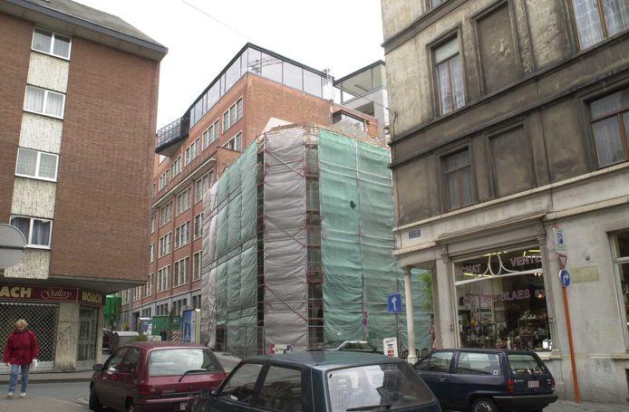 De Marollen: sociale woningen van de Brusselse haard worden gerenoveerd. Het contrast met de antiekwinkels in de Blaesstraat is groot.