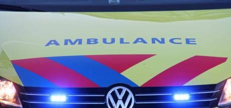 Auto in de sloot bij Oud-Vossemeer: gewonde naar het ziekenhuis
