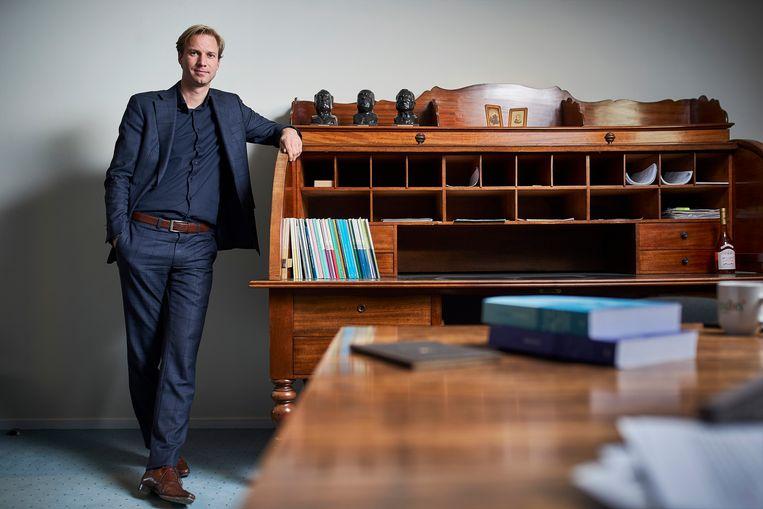 Pieter Jan Dijkman bij het bureau van Groen van Prinsterer. 'Dit bureau houdt een traditie levend.' Beeld Phil Nijhuis