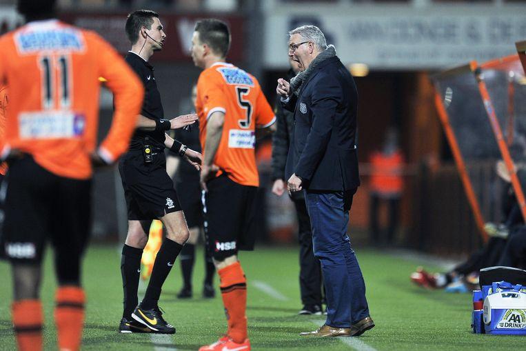 Het incident tussen Volendam-trainer Hans de Koning en scheidsrechter Stijn Berben tijdens het duel met Jong Twente. Beeld PRO SHOTS