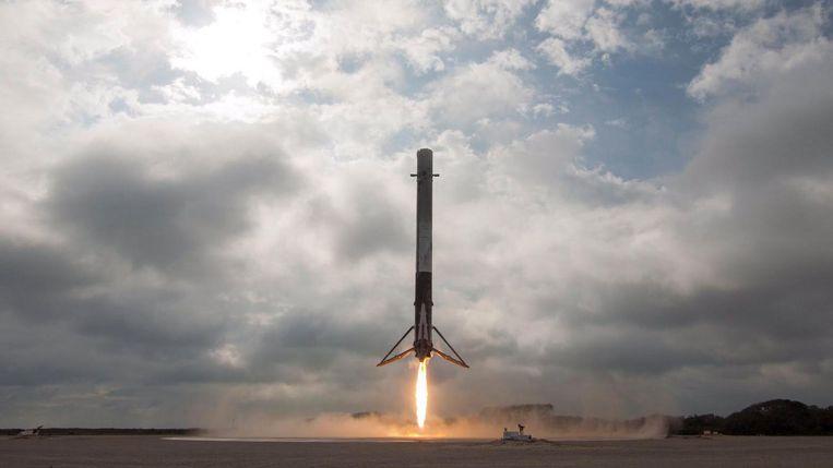 De eerste trap van de Falcon 9 van SpaceX landt in februari bij NASA's Kennedy Space Center in Florida. Beeld EPA