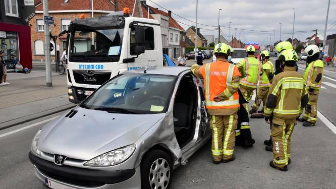 Vrouw gewond na aanrijding met bestelwagen op druk kruispunt
