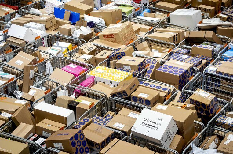 Pakketjes in het sorteercentrum van PostNL in Sassenheim.  Beeld ANP