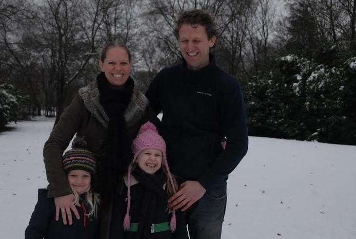 De toekomstige bewoners Judith Verhoeff en Gerard Meijvogel met hun dochters Sarah en Julia