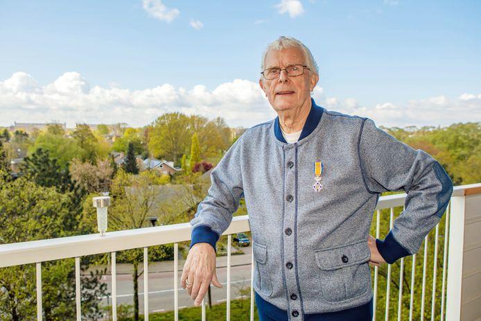 Adri Meesters houdt de buurt rond zijn flat goed schoon.  ,,Mensen gooien soms afval van hun balkon, zo erg is het tegenwoordig.''