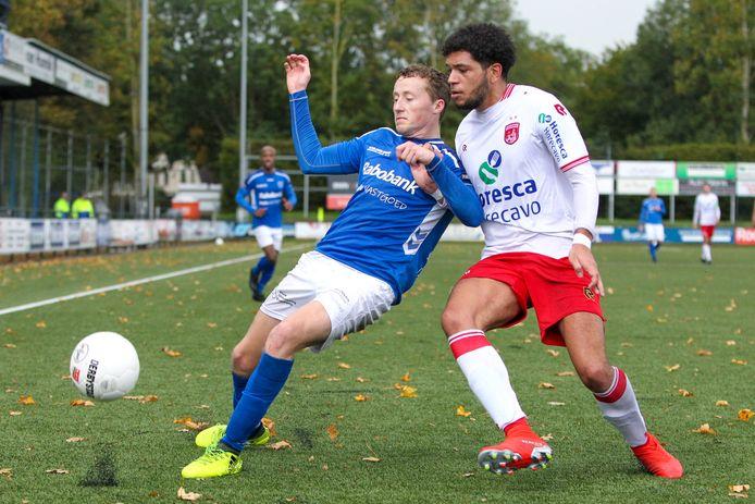 GVVV-aanvaller Lars ten Teije aan de bal tegen Noordwijk.