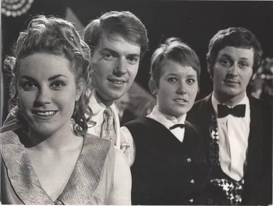 Ronnie Tober en de andere deelnemers aan het Nationaal Songfestival in 1968.