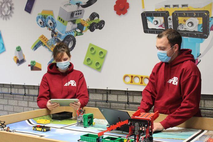 Aline De Decker en Gert-Jan De Caluwé van Sjabi Secundair werkten STEM-pakketten uit voor alle lagere scholen van de vzw Sint-Jan Berchmansinstituut (Sjabi+).