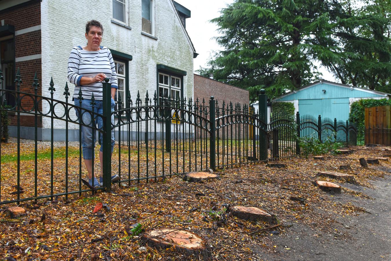 Mariette van Lierop treurt om de gerooide bomen naast haar huis in de Dorpstraat.