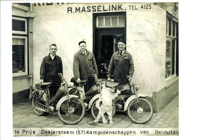Rein Masselink (op de foto links) sponsorde met zijn bromfietszaak aaan de Sumatralaan het Batavusteam van de Veluwse Vicky Rijders dat in 1957 Gelders kampioen werd. Rechts op de foto de latere VVR-voorzitter Riep Zijlstra. foto Familie Masselink