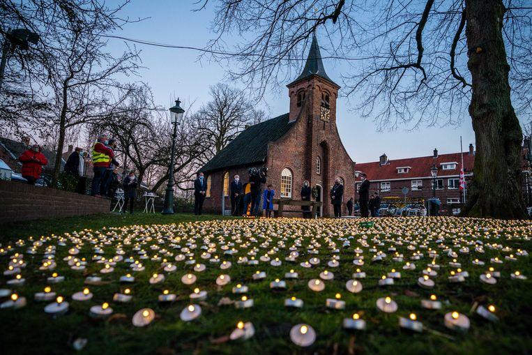 Waxinelichtjes branden tijdens de herdenking van coronaslachtoffers in de Hasseltse Kapel. Tilburg staat stil bij het uitbreken van de coronapandemie in Nederland, op 27 februari precies een jaar geleden.  Beeld ANP
