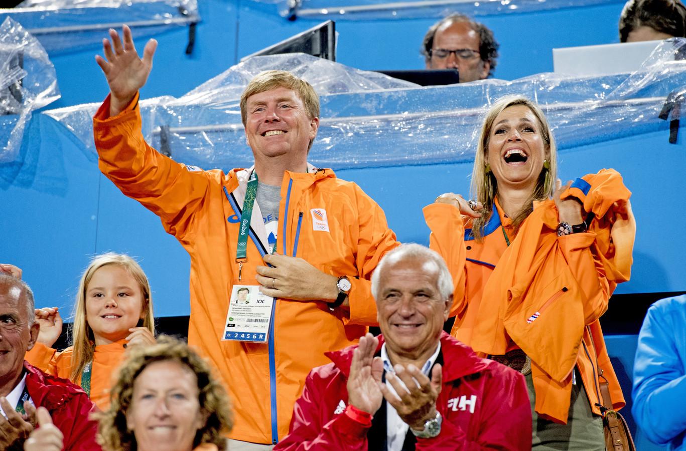 Koning Willem-Alexander en koningin Maxima en de prinsesjes Amalia, Alexia en Ariane op de tribune tijdens de kwartfinale hockey tegen Argentinie op de Olympische Spelen van RIo.