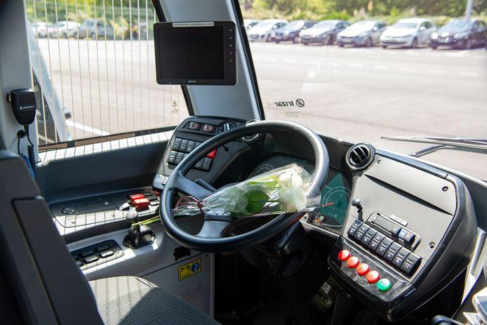 Une fleur posée sur le volant du bus conduit par Philippe Monguillot.