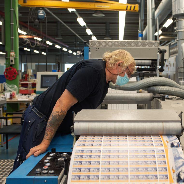 Hoewel er geen bankbiljetten meer weer gedrukt, staan in Haarlem nog persen voor bijzondere producten. Beeld Sabine van Wechem