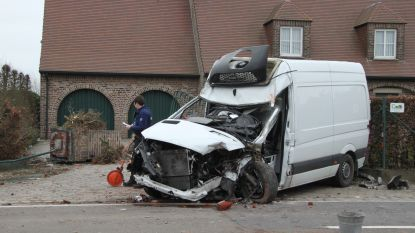 Chauffeur zwaargewond na inhaalmanoeuvre collega