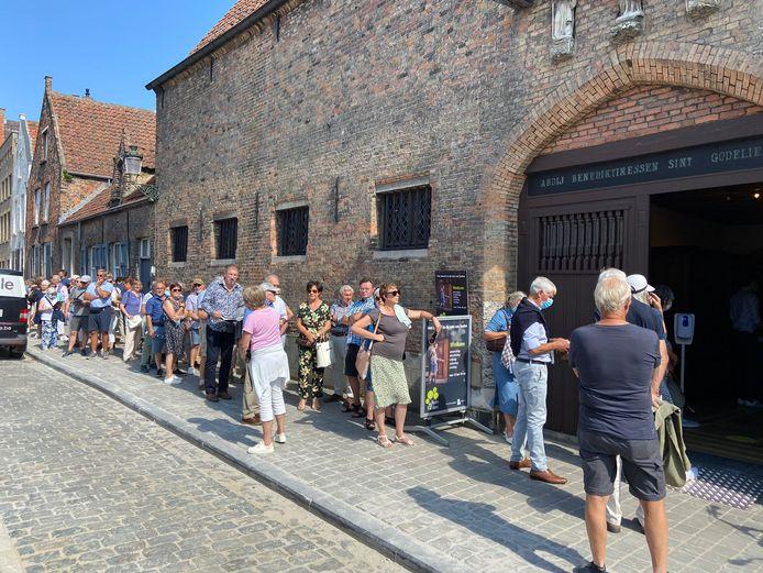 Het was soms lang aanschuiven aan de Sint-Godelieveabdij in de Boeveriestraat in Brugge.