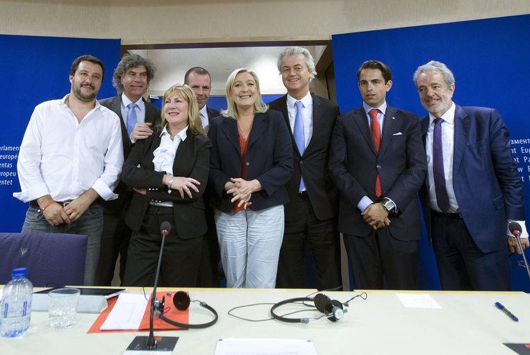 Leden van de nieuwe rechtse fractie: Matteo Salvini van Lega Nord (Italië), Marcel de Graaff (PVV), Janice Atkinson (ex-UKIP), Harald Vilimsky van de Oostenrijkse vrijheidspartij FPÖ, Marine Le Pen van het Front National, Geert Wilders (PVV) en Tom Van Grieken en Gerolf Annemans van het Vlaams Belang. Beeld null