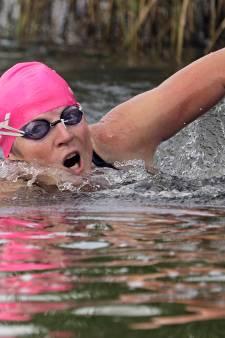 Trudy van der Graaff steunt Maarten van der Weijden vanuit zwembad in Oss
