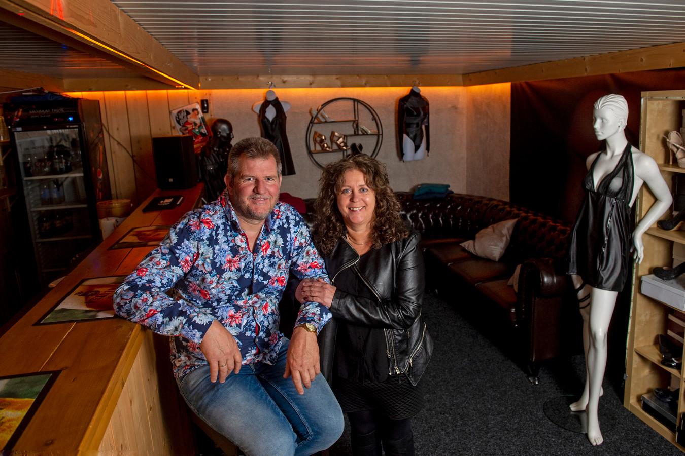 Tineke van Huis en Erik Immink in de bar van hun Parenclub Wilpenhof. Na maanden gesloten te zijn geweest, mochten ze afgelopen week eindelijk weer open.