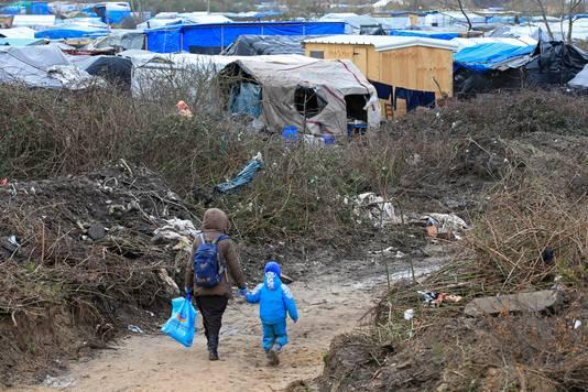Vluchtelingen bij het kamp.