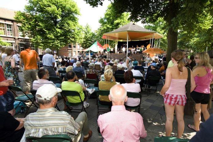 Het Assendorperplein stroomde gistermiddag goed vol ter gelegenheid van de officiële opening van de muziekkoepel.foto Frans Paalman