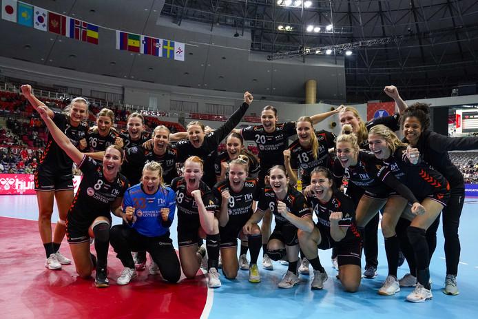 Het Nederlands team viert de overwinning op Servie.