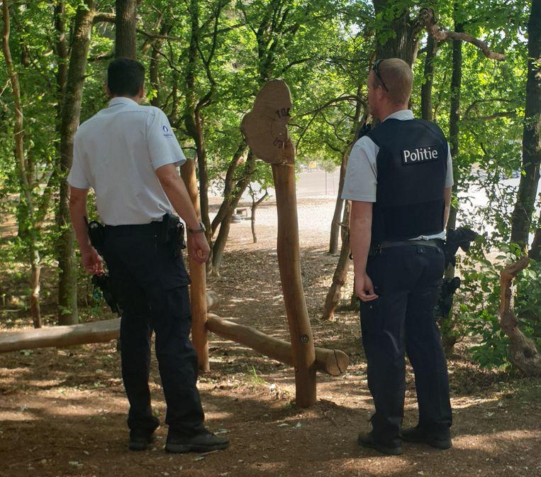 De politie ging ter plaatse om vaststellingen te doen van het vandalisme.