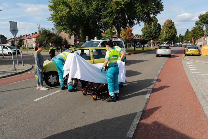 Auto botst tegen vrouw op fiets.