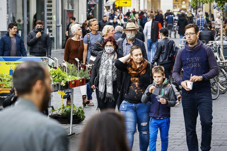 Winkelend publiek in het centrum van Enschede. De gemeente volgde dat publiek via meetkastjes in de winkelstraten, waarbij elke mobiele telefoon werd geregistreerd.  Beeld ANP