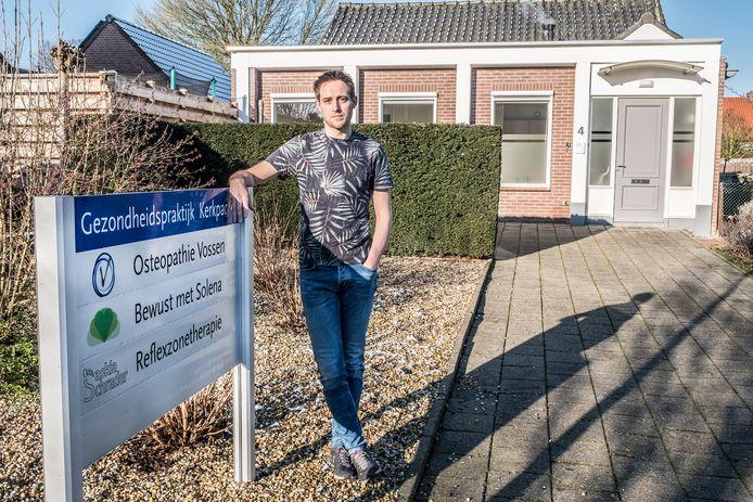 Koen Vossen heeft een Osteopathiepraktijk in Groesbeek en hij woont in Kranenburg. Hij kan nergens aankloppen voor coronasteun.
