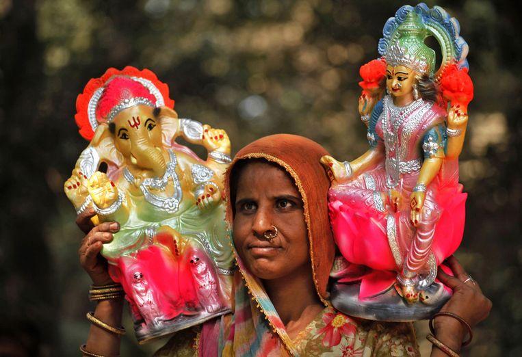 Meer goden: Ganesh (links)en Lakshmi, godin van de welvaart. Deze goden zijn overigens te koop, tijdens het festival. Beeld null