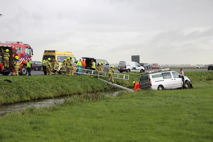 De brandweer schoot de chauffeur te hulp.